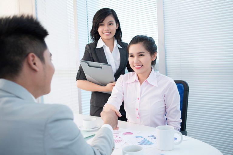 Hãy chọn cho mình tư thế ngồi thoải mái nhất khi tham gia phỏng vấn