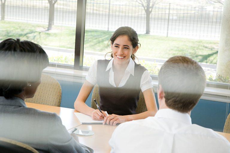 Một bộ quần áo lịch sự, phù hợp, thoải mái có thể giúp bạn giữ bình tĩnh khi phỏng vấn